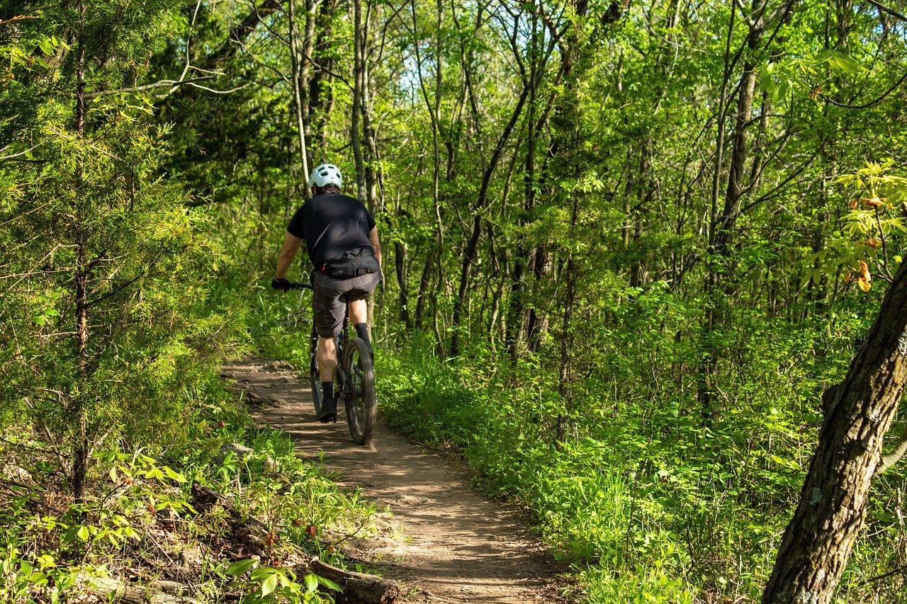 ciclista sentiero bici